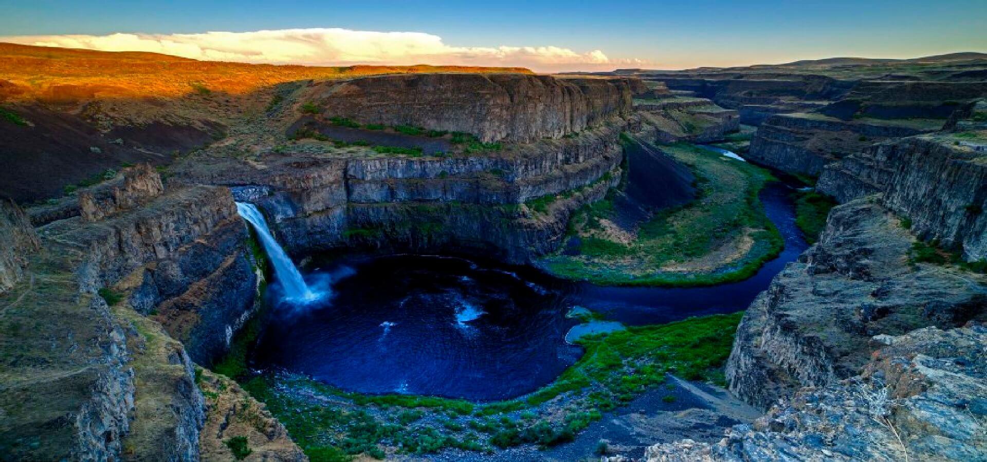 پرتگاه رودخانه پالوس که بوسیله سومین فوران آتشفشانی بزرگ در تاریخ زمین به وجود آمده است.