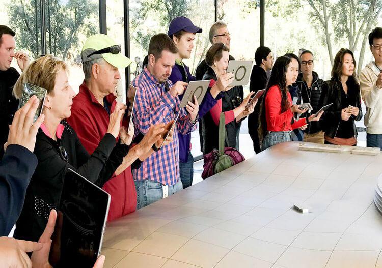 بازدیدکنندگان در حال استفاده از آیپد مجهز به واقعیت افزوده