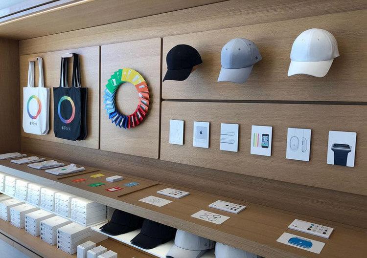 مرکز بازدیدکنندگان سفینه فضایی اپل، کالاهای تبلیغاتی خاصی مثل کیف،کارت بازی و کلاه بیسبال به مردم عرضه میکند.
