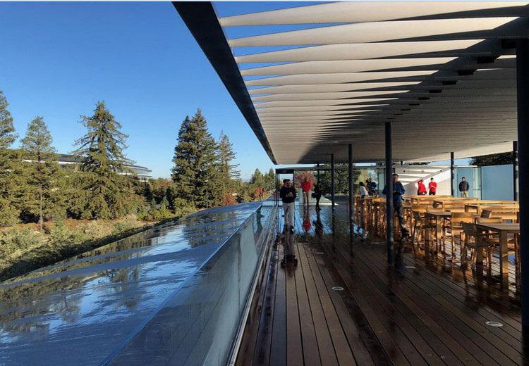 پشت بام مرکز بازدیدکنندگان اپل و چشمانداز محوطه سفینه فضایی