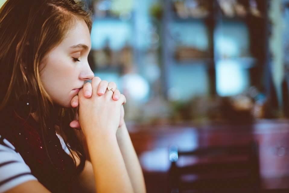 عوارض خواب کم: افزایش احساس تنهایی در فرد و مسری