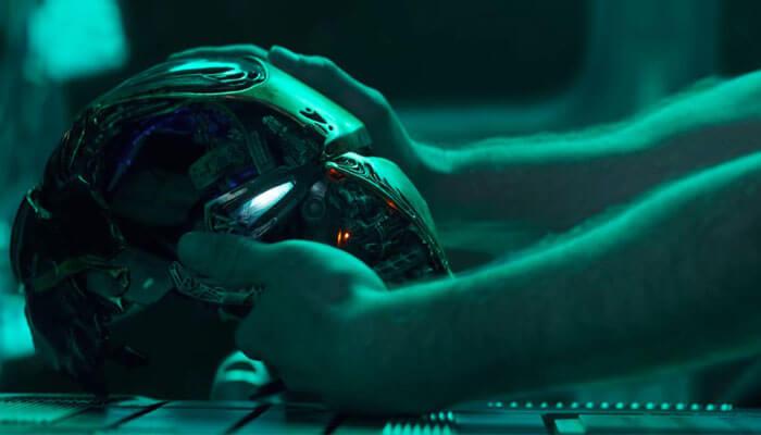تونی استارک، غمگین و رها شده در فضا