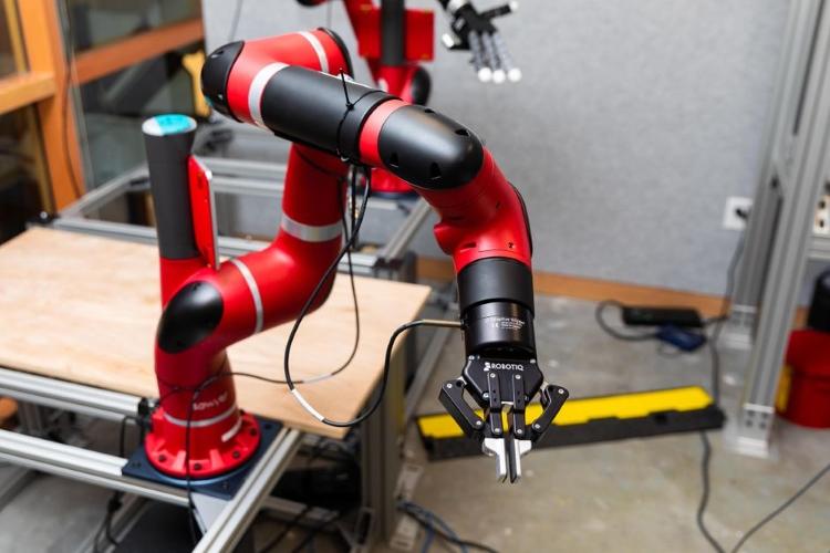 بازوی رباتیک هوشمند