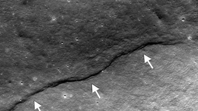 چین خوردن سطح ماه