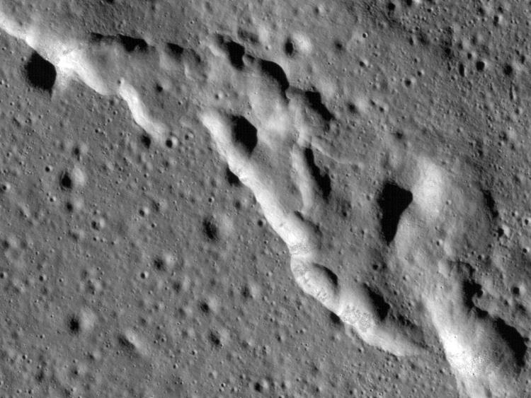 چین خوردگی سطح ماه