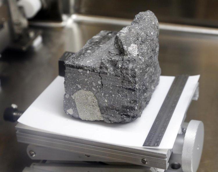 ناسا پس از 37 سال یک سنگ از کره ماه را شکافت 5