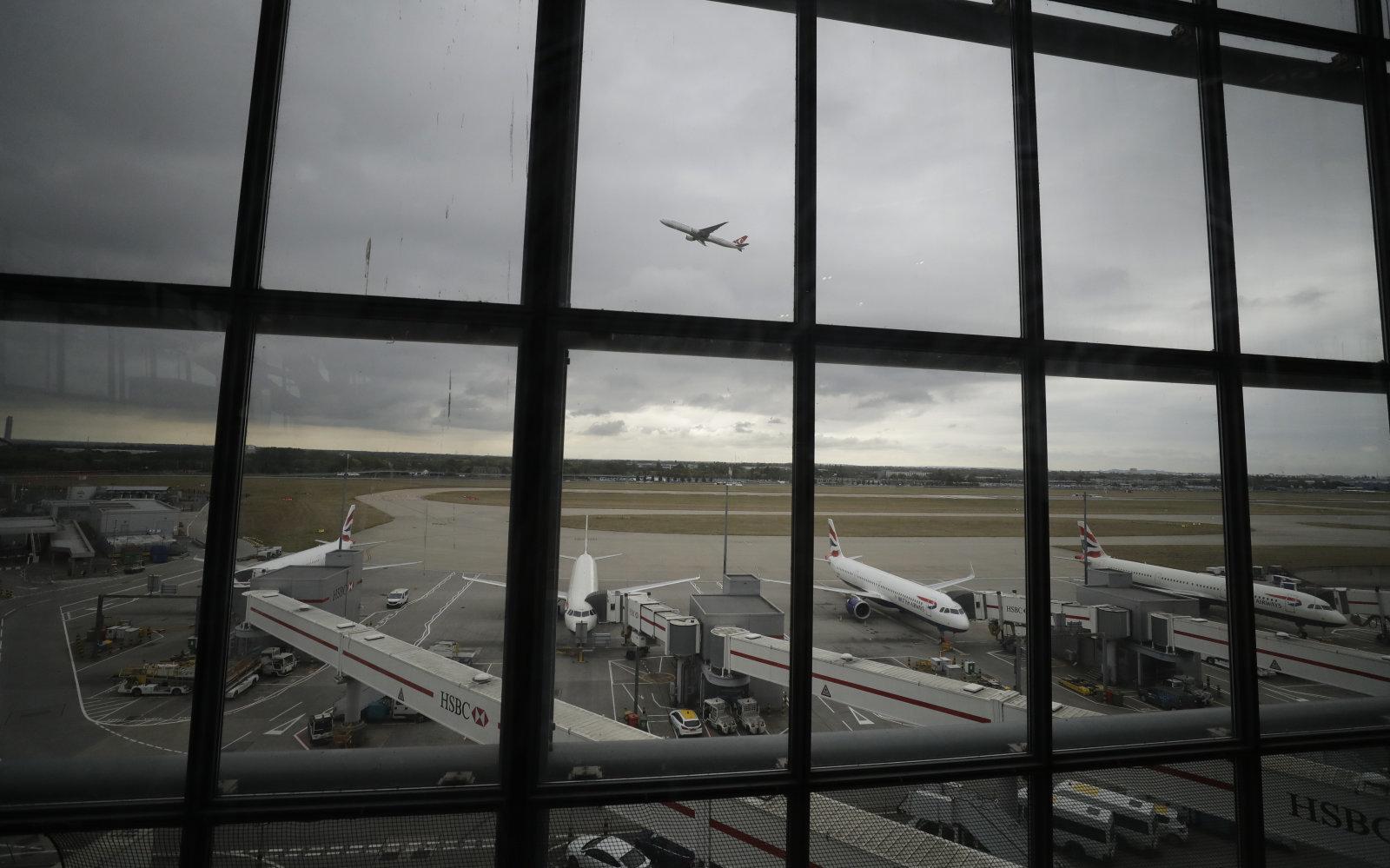 فرودگاه هیترو با سیستم ضد پهپاد خود با خلبانان آنها برخورد میکند