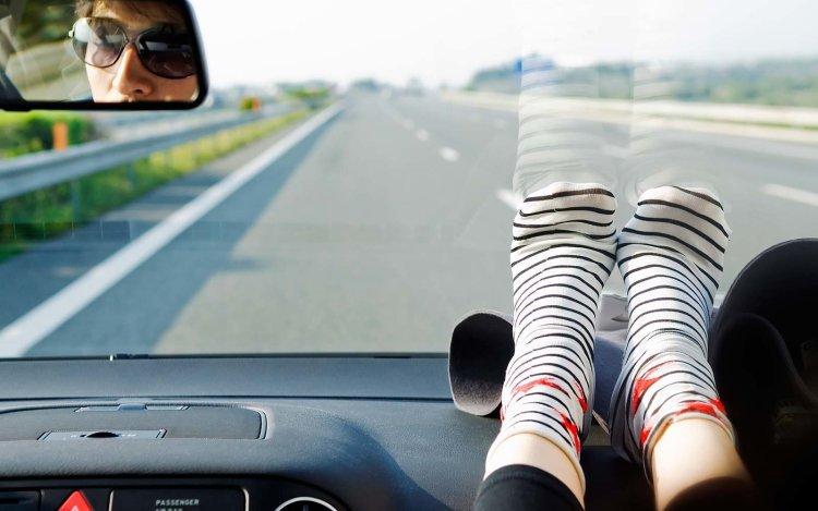 نباید پاهای خود را روی داشبورد ماشین بگذاریم؟ 1