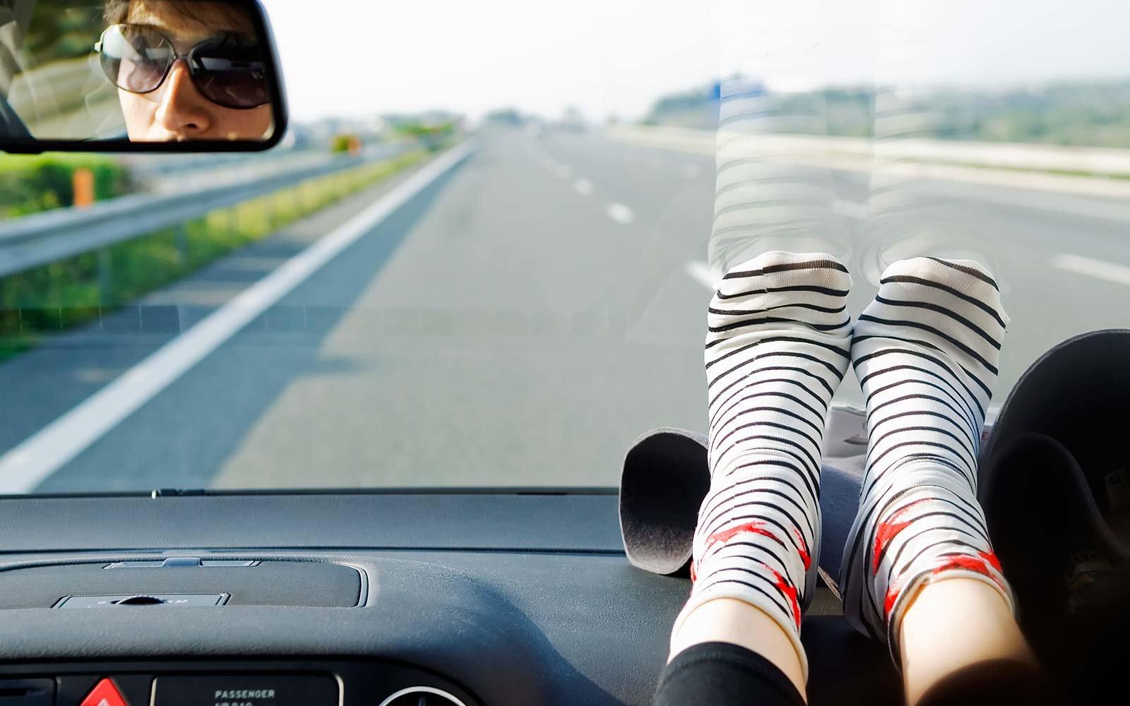 چرا نباید پاهای خود را روی داشبورد ماشین بگذاریم؟ 1