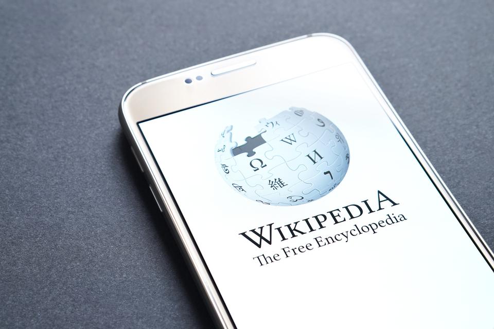 آیا هوش مصنوعی به بازنویسی مقالات ویکیپدیا کمک میکند؟