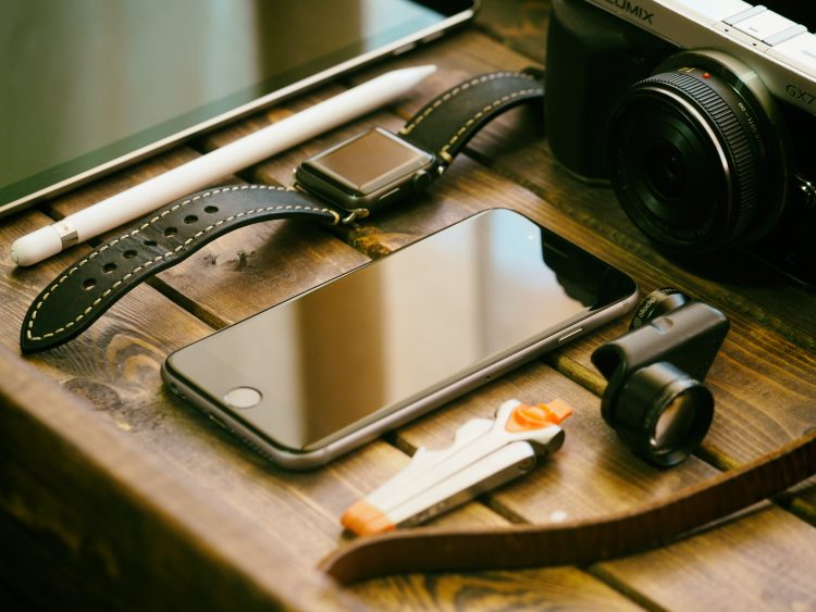 چگونه طول عمر باتری گوشی را افزایش دهیم؟ 13 نکته برای استفاده بیشتر از گوشی پس از شارژ