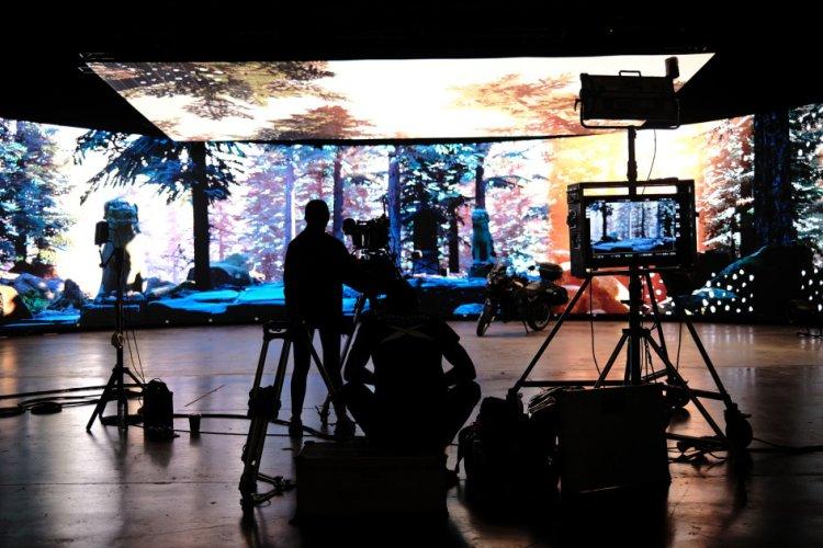 استودیو مجازی و جایگزینی آن با پردههای سبز