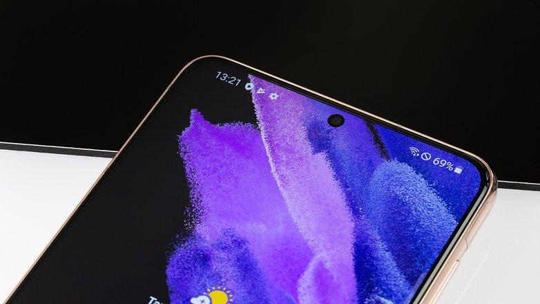NextPit Samsung Galaxy S21 Plus front camera w782