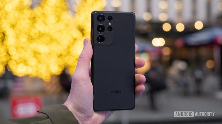 Samsung Galaxy S21 Ultra back in hand 3