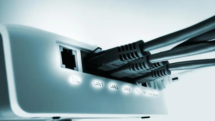 روتر، سیگنال اینترنت را پخش کرده و یک شبکه ایجاد میکند. برای ایجاد پسورد و ایمن سازی شبکه، از طریق کامپیوتر به صفحه مدیریت روتر لاگین کنید.