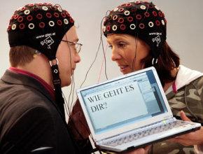 """دو شخص در آلمان از یک رابط کامپیوتر و مغز برای نوشتن عبارت """"حالت چطوره؟"""" استفاده میکنند."""