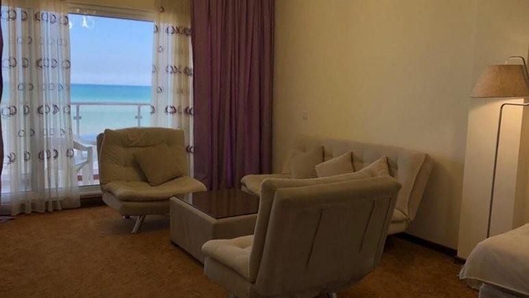 فضای داخل اتاق هتل باران ایزد شهر با ویو دریا