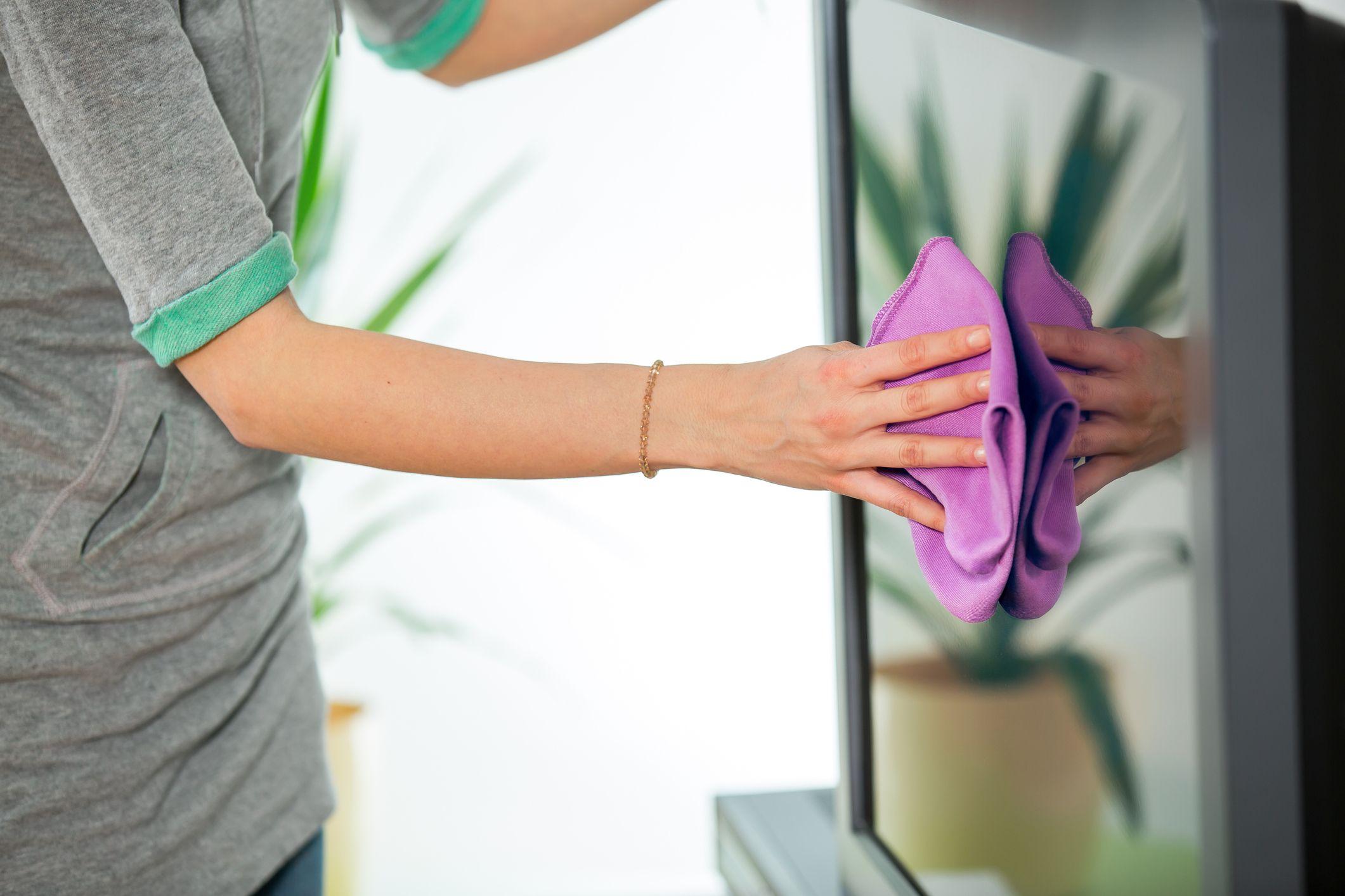 دستمال کشیدن تلویزیون