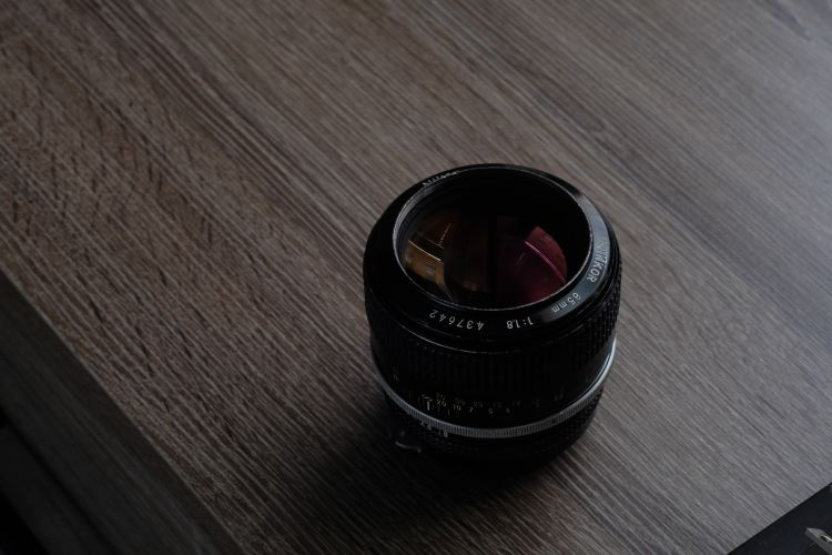 freelensing with a prime lens