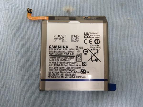 تصویر باتری گوشی گلکسی اس 22 ظرفیت 3700 میلیآمپر ساعتی آن را تایید میکند